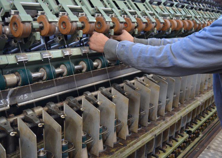 Opérateur sur une filature de lin Crédit photo : société Emmanuel Lang